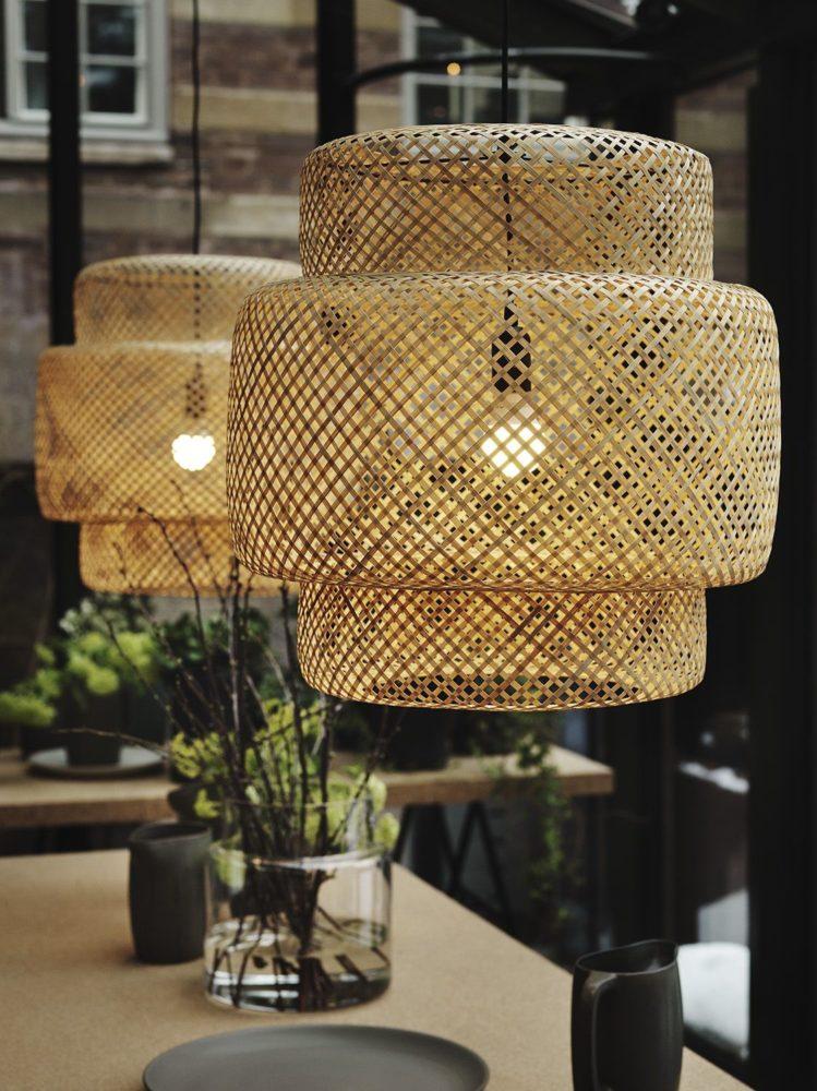 Ejemplo de lamparas colgante con pantallas de fibras naturales